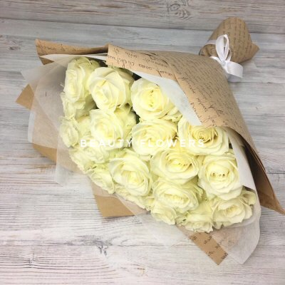 19 белых роз в крафте