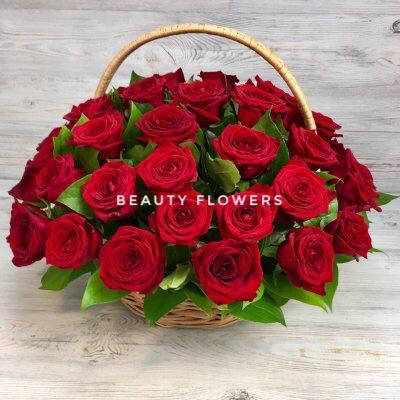 29 красных роз в корзине с зеленью