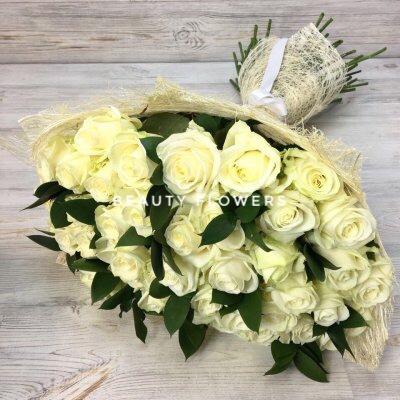 51 белая роза с зеленью