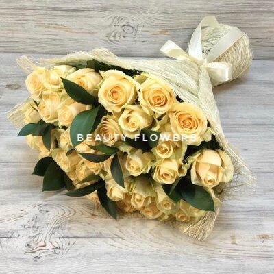 29 кремовых роз с зеленью